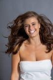 Den kvinnliga modellen i sexigt poserar fotografering för bildbyråer