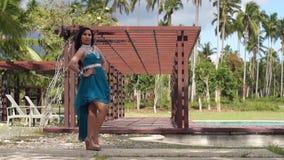 Den kvinnliga modellen poserar för prenuptial foto-fors stock video