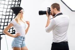 Den kvinnliga modellen poserar tillräckligt under photoshoot arkivbild