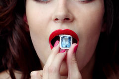 Den kvinnliga munnen kommer med cirkelsafir äter Fotografering för Bildbyråer