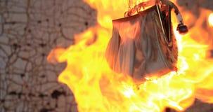 Den kvinnliga påsen smälter under en ström av brand arkivfilmer