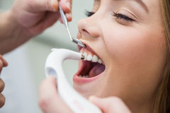 Den kvinnliga patienten behandlade med tand- utrustning för exakt tandfärg för beslutsamhet Fotografering för Bildbyråer