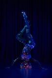 Den kvinnliga poldansaren i ljust neon färgar under ultraviolet Royaltyfri Fotografi