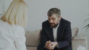 Den kvinnliga psykologen som ger den pappers- servetten till den skriande affärsmanpatienten och, lugnar honom ner i hennes konto arkivfilmer