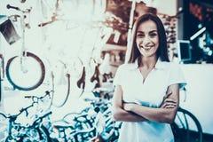 Den kvinnliga säljaren med korsade händer i cirkulering shoppar royaltyfri bild