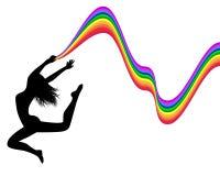 Den kvinnliga silhouetten i ett hopp rymmer en regnbåge Royaltyfri Bild
