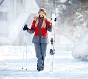Den kvinnliga skidåkaren med skidar och poler Royaltyfria Foton