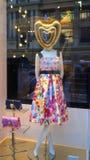 Den kvinnliga skyltdockan i trendig klänning i shoppar fönstret royaltyfria foton