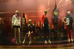 den kvinnliga skyltdockan med handväskan i ett mode shoppar fönstret i ferie fotografering för bildbyråer
