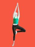 Den kvinnliga skyltdockan som utför en yoga, poserar Arkivfoton