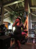 Den kvinnliga sångaren från vägledningsmusikband sjunger på etapp på Mai Tai Bar Arkivbilder