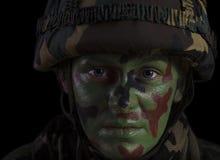 Den kvinnliga soldaten vänder mot Arkivbild