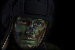 Den kvinnliga soldaten vänder mot Royaltyfria Bilder