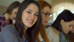 Den kvinnliga studenten vänder hennes framsida på hörsalen arkivbilder