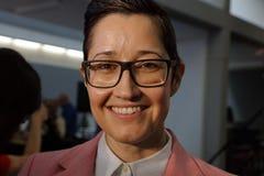 Den kvinnliga supportern av Hillary Clinton på presidents- samlar på strömbrytare Arkivbild