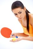 Den kvinnliga tabnetennisspelaren ordnar till till serven Royaltyfri Bild