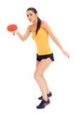 Den kvinnliga tabnetennisspelaren ordnar till till serven Arkivbild