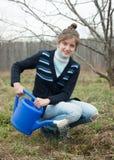Kvinna som planterar vinbäret i trädgård Fotografering för Bildbyråer
