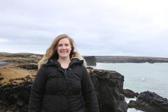 Den kvinnliga turisten som åldras 20-25, poserar längs snaefellsneshalvön i den västra delen av Island Arkivfoton