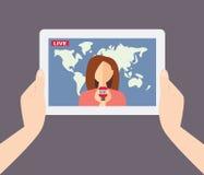 Den kvinnliga TVpresentatören, reporter, journalisten, korrespondent berättar l Arkivbild
