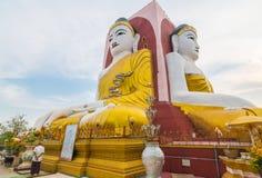 Den Kyaikpun pagoden, fyrana placerade Buddhastatyn Arkivfoto