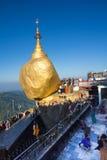 Den Kyaiktiyo pagoden också kallade Guld- vaggar Fotografering för Bildbyråer
