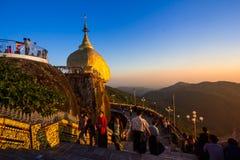Den Kyaiktiyo pagoden också kallade Guld- vaggar Arkivbild