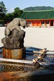 Fantastisk tiger springbrunn för Shintohelgedom Royaltyfri Foto