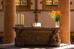 Den kyrkliga altarekorsbibeln planterar den nära garneringklosterbrodern Catho Royaltyfri Bild