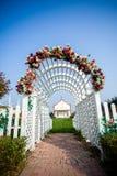 Den kyrkliga blommadörren Royaltyfri Fotografi