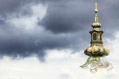 Den kyrkliga clocktoweren av St Mary, Zagreb Royaltyfri Fotografi