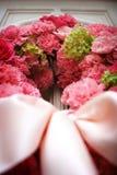 den kyrkliga dörren blommar främre bröllop Royaltyfria Bilder