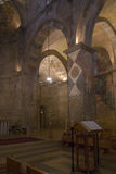 Den kyrkliga inre med Korsfarare-eran frescoes fragmenterar i Beneden fotografering för bildbyråer