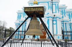 Den kyrkliga klockan i fyrkanten Arkivfoto
