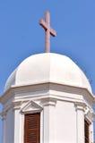Den kyrkliga kupolen och korsar under skyen Arkivfoto
