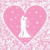 Den kyssande brudgummen och bruden snör åt på bakgrund Royaltyfria Bilder