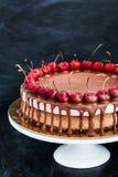 Den läckra choklad- och körsbärostkakaefterrätten dekorerade med Arkivfoto