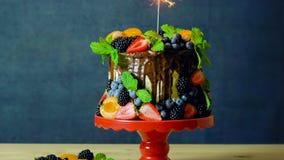 Den läckra chokladdroppandekakan dekorerade med nya säsongsbetonade frukt och bär lager videofilmer