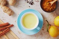 Den läckra detoxdrinken som göras av gurkmeja, ingefära, mjölkar, honung och arkivfoto