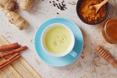 Den läckra detoxdrinken som göras av gurkmeja, ingefära, mjölkar, honung och royaltyfria bilder