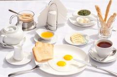 Den läckra frukosten ska vara början om den bra dagen arkivfoto