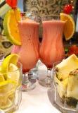 Den läckra jordgubbedrinken med kondenserat mjölkar och vodka med citron- och kasjuananaseffekter arkivfoto