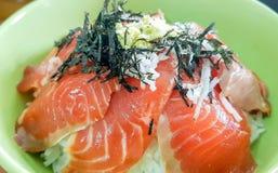 Den läckra nya orange laxen marinerade i soya med Japane Arkivfoton