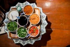 Den läckra thai matuppsättningen tjänade som på bambuplattan lunch och eller matställeuppsättning av thai mat för kultur royaltyfria foton