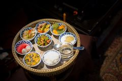 Den läckra thai matuppsättningen tjänade som på bambuplattan lunch och eller matställeuppsättning av thai mat för kultur arkivfoto