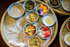 Den läckra thai matuppsättningen tjänade som på bambuplattan lunch och eller matställeuppsättning av thai mat för kultur gåva för royaltyfria foton