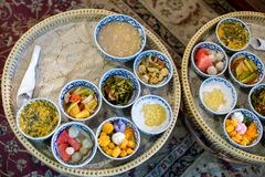 Den läckra thai matuppsättningen tjänade som på bambuplattan lunch och eller matställeuppsättning av thai mat för kultur gåva för fotografering för bildbyråer