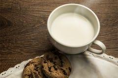 Den läckra varma koppen av mjölkar, frukosterar Royaltyfria Foton