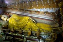 Den lägga Buddhastutuen i bildhuset på Wewurukannala Vihara på Dickwella i Sri Lanka fotografering för bildbyråer