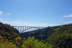 Den längsta enkla spännviddbron i Europa som korsar dalen som nära leder från Los Tilos i kanariefågelöar till Los-såser, La Palm arkivbilder